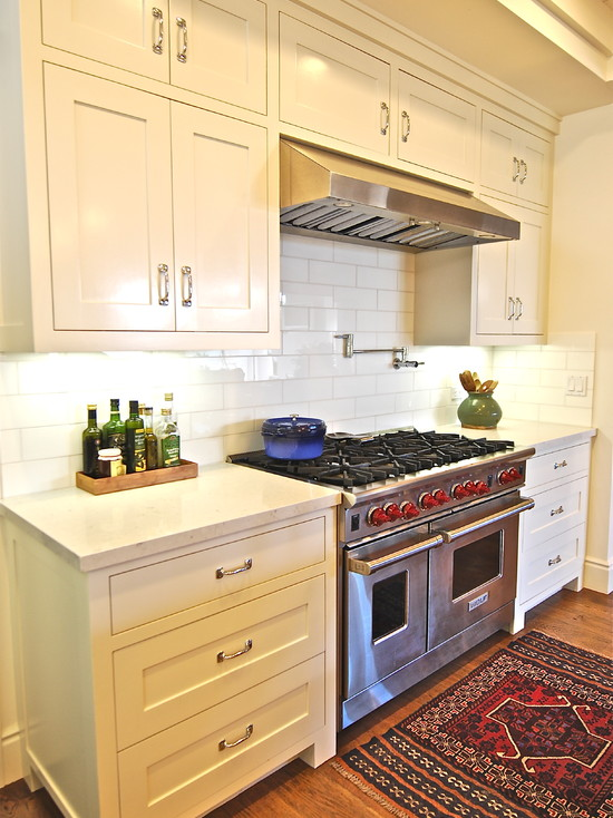 4×12 Subway Tile Designs: Amazing Beach Style Kitchen With 4x12 Glass Backsplash Tiles Caesarstone Countertops And Wolf Range Plus Benjamin Moore Painted Cabinets And Persian Rug
