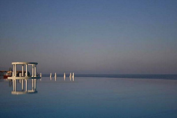 Most Spectacular Infinity Pools Design: Amazing Ocean Side Infinity Pool Design Ideas
