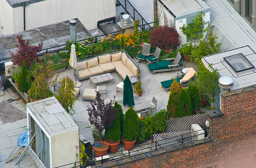 Amazing Rooftop Gardening Idea In New York City: Amazing Rooftop Garden In NY City 4 Sofa Seats Umbrella Table Flooring Ideas