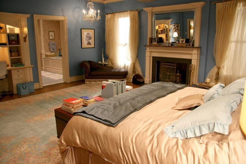 Blair Waldorf's Eclectic Mix Of Classic And Trendy Bedroom Decor: Beautiful Eclectic Bedroom Interior Design With King Bed Pillow Curtain Fireplace Mirror Lounge Cabinet Area Rug Chandelier Wall Decor And Wooden Flooring Blair Waldorf Ideas