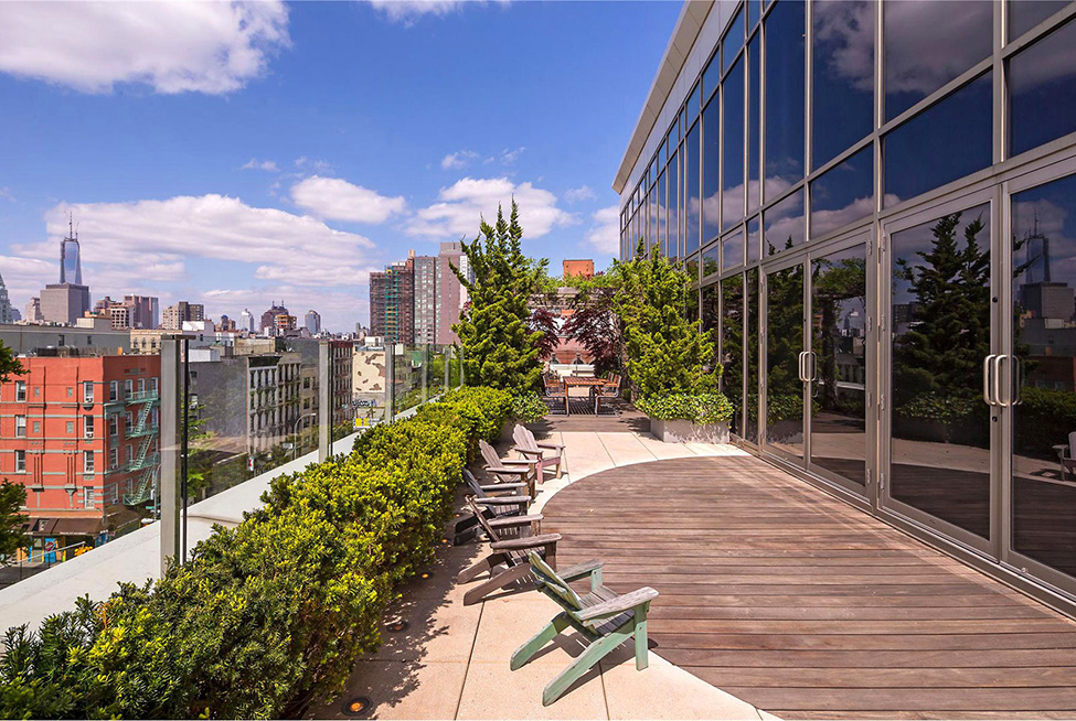 Manhattan Penthouse Apartment: Beautiful Manhattan Penthouse Apartment Terrace With Pavilion Chairs Plants Tempered Glass Vence Combination Tile Wood Floors Ideas