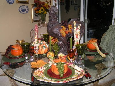 Inspiring Thanksgiving Table Decoration For Successful Celebration: Beautiful Thanksgiving Table Decorations Large Brown Clay Rooster As Center Piece Ceramic Pumpkin Bowls Grapes As Accent Orange And Green Pallette