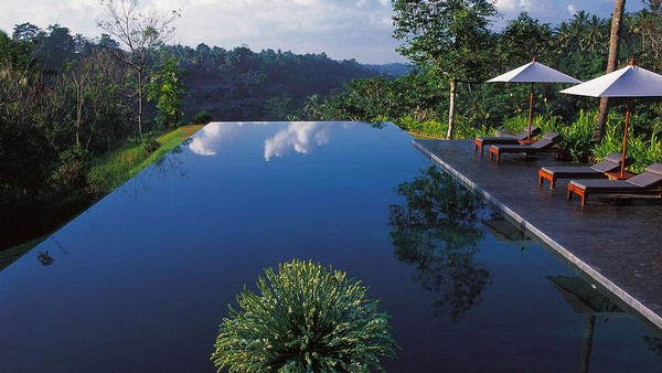 Most Spectacular Infinity Pools Design: Cool Hanging Infinity Pool Design Lounge Umbrella Ideas