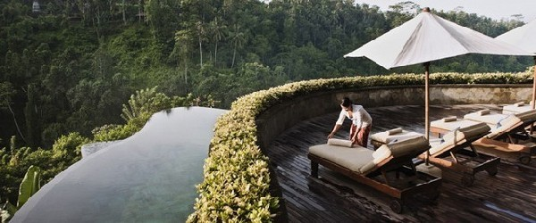 Amazing Hanging Infinity Pool At Ubud Hanging Garden Hotel Bali : Cool Multilevel Invinity Pool With Sun Bathing Deck Umbrella Lounge Ideas Hanging Gardens Bali