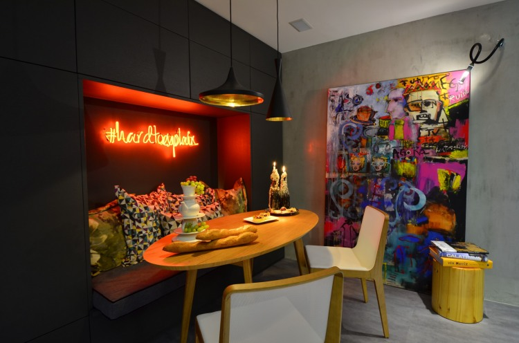 Urban Live-In Kitchen Concept: Eccentric Live In Kitchen Design With Creative Light Installation And Striking Contemporary Canvas At Seating Area