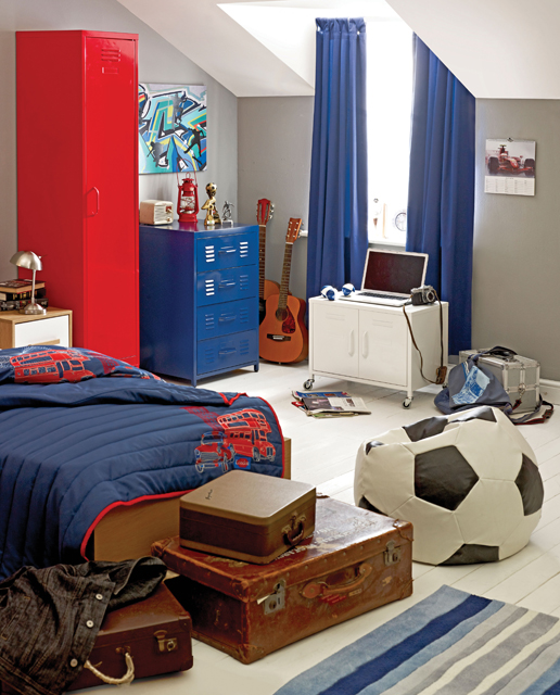 Cool Ways To Decorate A Room : Football Inspired Boys Room With Steel Closet