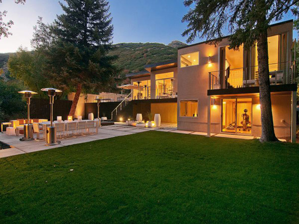 Luxury Modern House In Small Town For Family Gathering: Green Lawn Cream Wall Luxurious Look Outdoor Dining Room