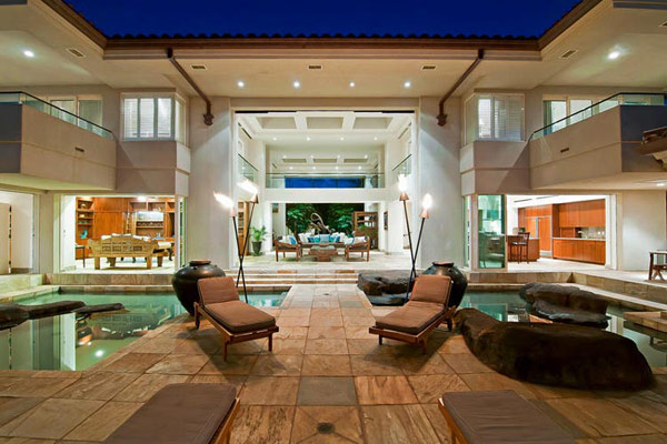 Tropical Gardens And Ultimate Villa Design In Maui, Hawaii: Thousand Waves Holiday Villa: Inspiring Two Level Holiday Villa Exterior Design In Maui Hawaii With Outdoor Brown Slate Tile And Torch Light Pool Lounge With Indonesian Decoration Ideas