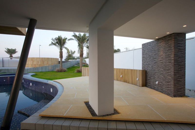 How to Create Your Dream Oasis in Hamala in the Form of Luscious Contemporary House : Outdoor Pool Outdoor Garden Hidden Lamps Three Palm Trees Large Square White Pillar