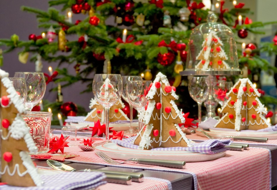 Fascinating Christmas Banquet Table Decoration Ideas: Stunning Christmas Banquet Table Decoration Ideas Amazing Pink Christmas Table With Chic Glass And White Plate Also Delicious Christmas Tree Bread