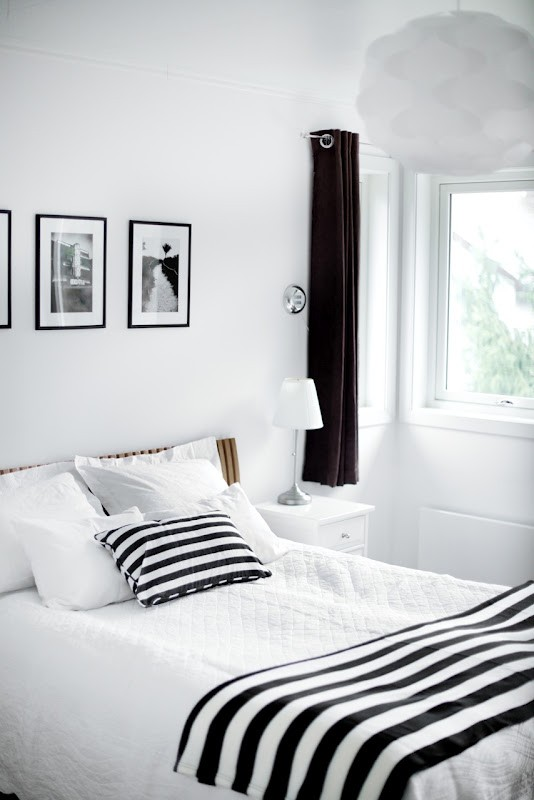 Black and White Furniture Decorating Ideas: Unique Traditional Black And White Bedroom With Luxury Linens Sheet And A Stark White Paint Wall With Pictures Wall Decor