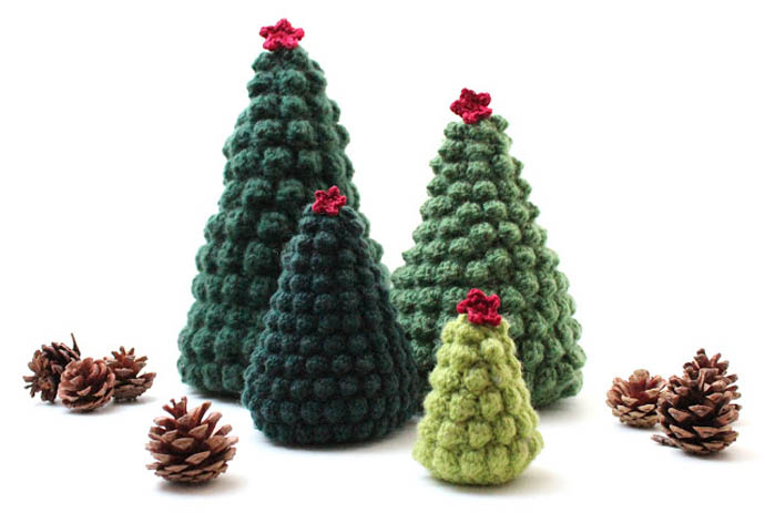 Crocheted Decorations For Your Christmas Tree: Beautiful Green Scheme Christmas Tree Crochets With Red Star Knit With Christmas Accessories For Christmas Decoration
