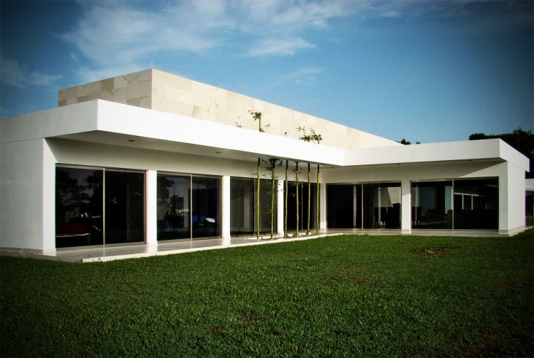 Wonderful Contemporary House Design In Single Story House: Astonishing Of Garden Area In The Casa Ponce Modern House