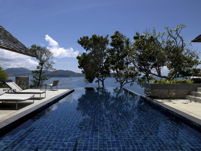 Fantastic Contemporary Villa Design Offers Classy Facilities: Blue Infinity Pool With Green Plants
