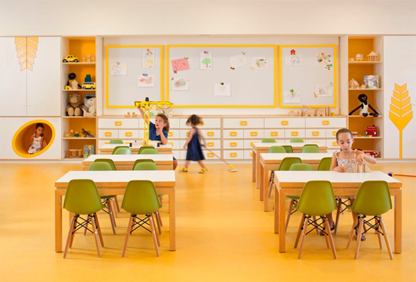 Fun Kids Space With Large Space: Exquisite Kids Playroom Decor Ideas With Wooden Desk And Green Chairs