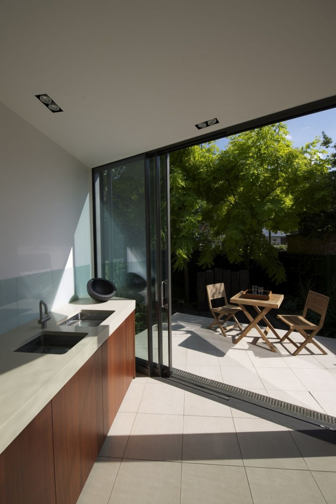 Modern Extension Room Between Old Residences: Fascinating Washtub In Modern Design In Faceted House