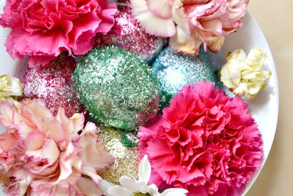 Cheerful Easter Table Settings: 10 Charming Design Ideas: Glittery Floral Easter Centerpiece