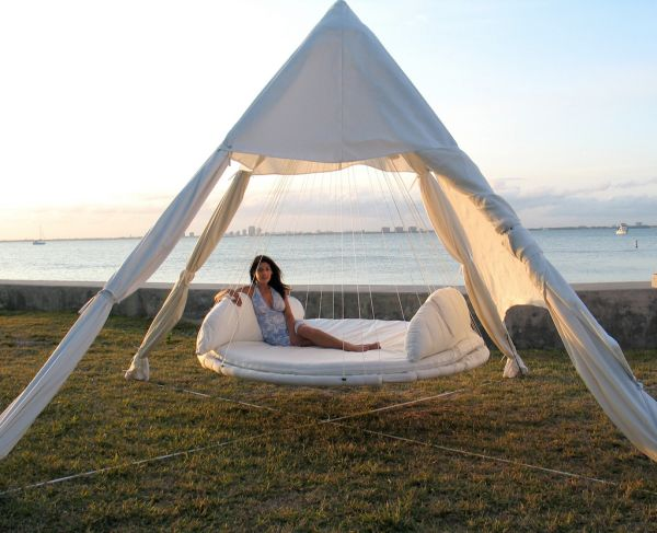 29 Pictures Of Hanging Bed Design Ideas: Hanging Outdoor Day Bed Is All About Relaxing In Style