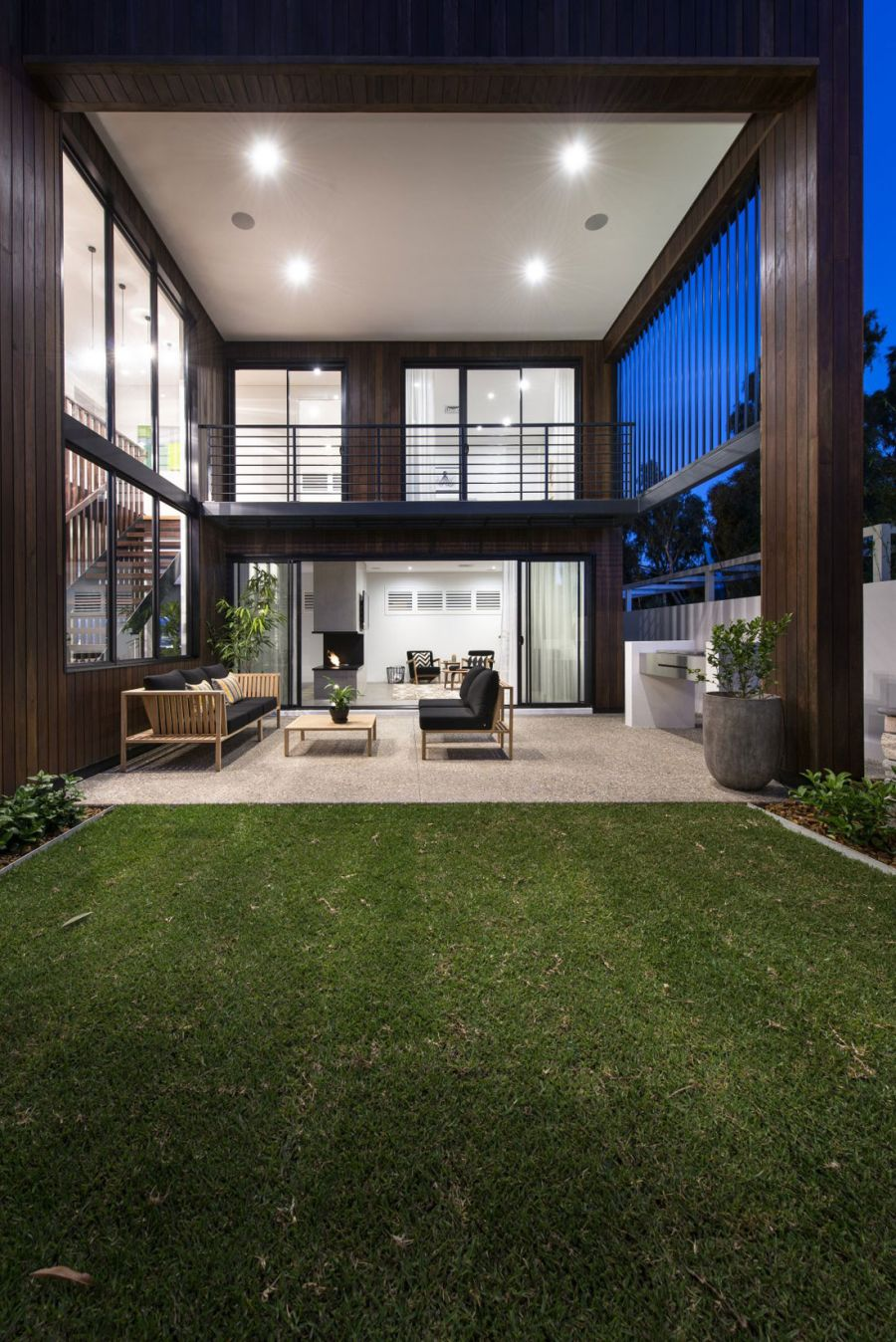 Amazing Minimalist Residence With A Sizzling Courtyard : Incredible View Of He Two Level Warehaus Residence By Residential Attitudes Home Exterior