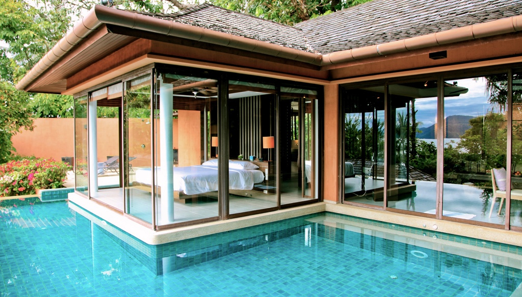Poolside Bedroom: Waking Up In The Ocean : Infinity Pool Moat