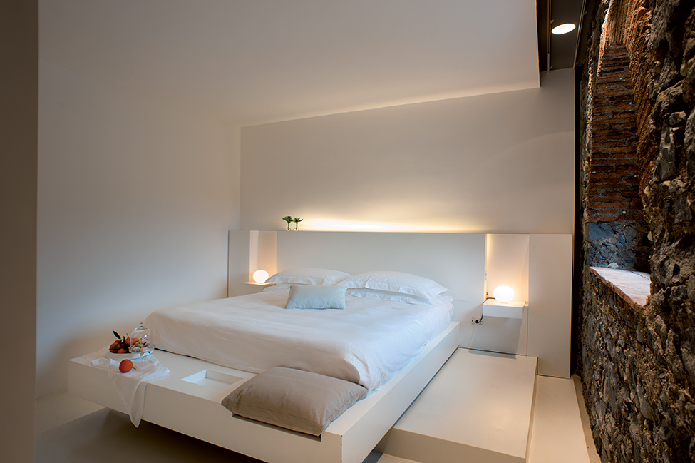 Top Historical Fragments With Modern Design In Sicily : Lavish Bedroom Design With White Interior And Bedding In Modern Rustic Style