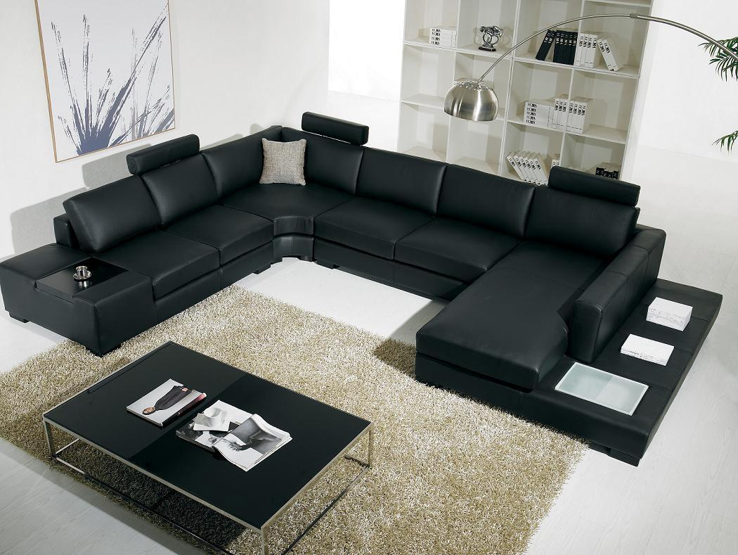 Black Sofas Of Modern Look In A Living Room: Modern Living Room With Black Leather Sofa