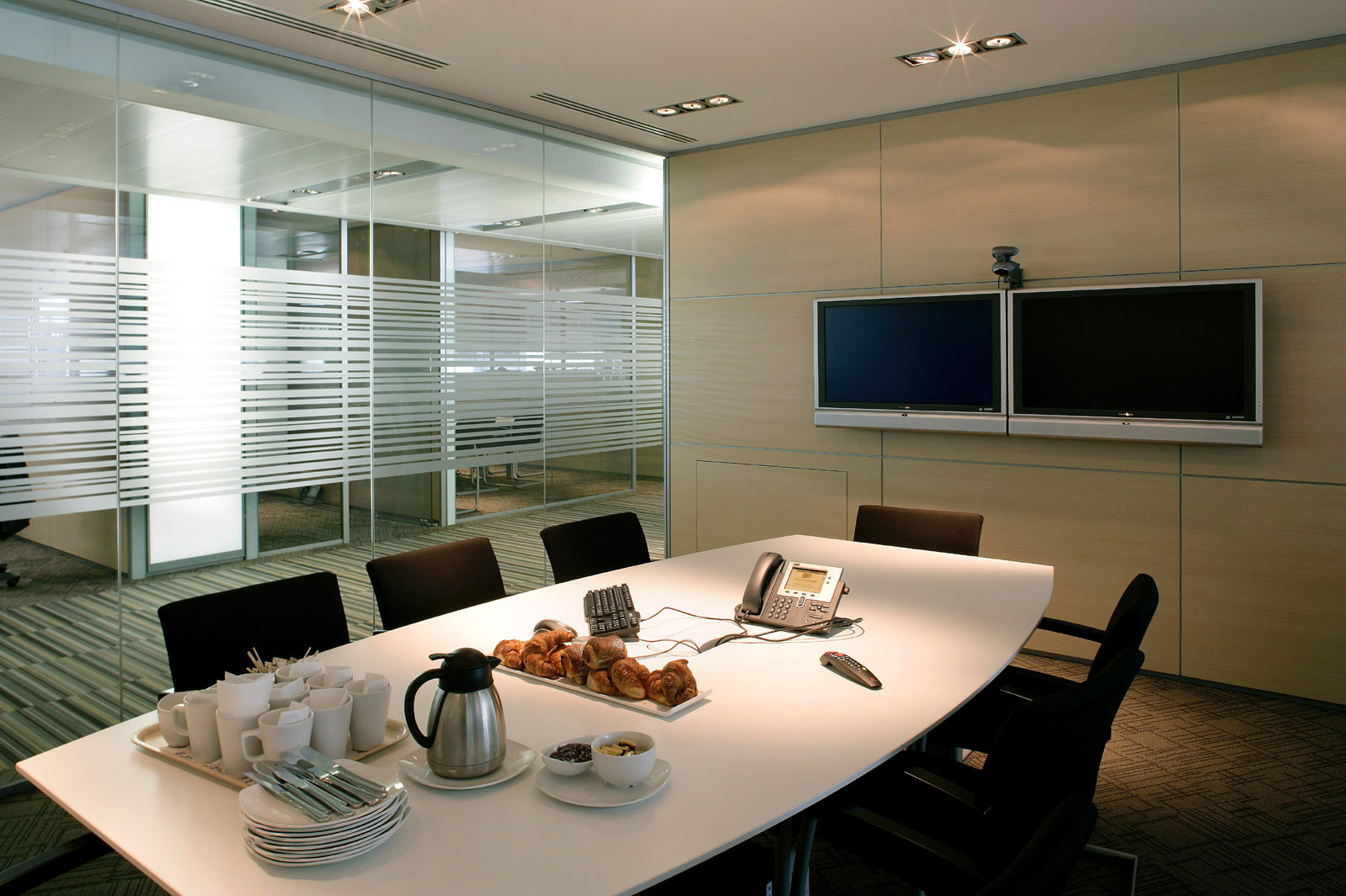 Awesome Meeting Room Interior In The Office: Modern Meeting Room With Glasses