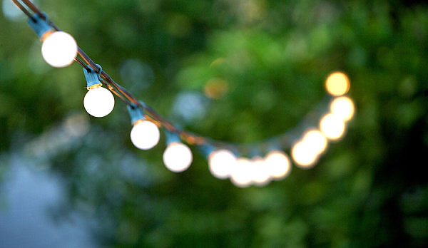 Summer End Party For Unforgettable Moment : String Lights Set The Mood For Modern Outdoor Diner Decoration