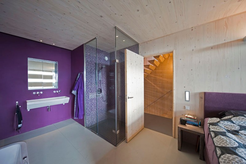 Elegant Contemporary House With Violet Bedroom: Stunning Deep Purple Painted Steigereiland 2