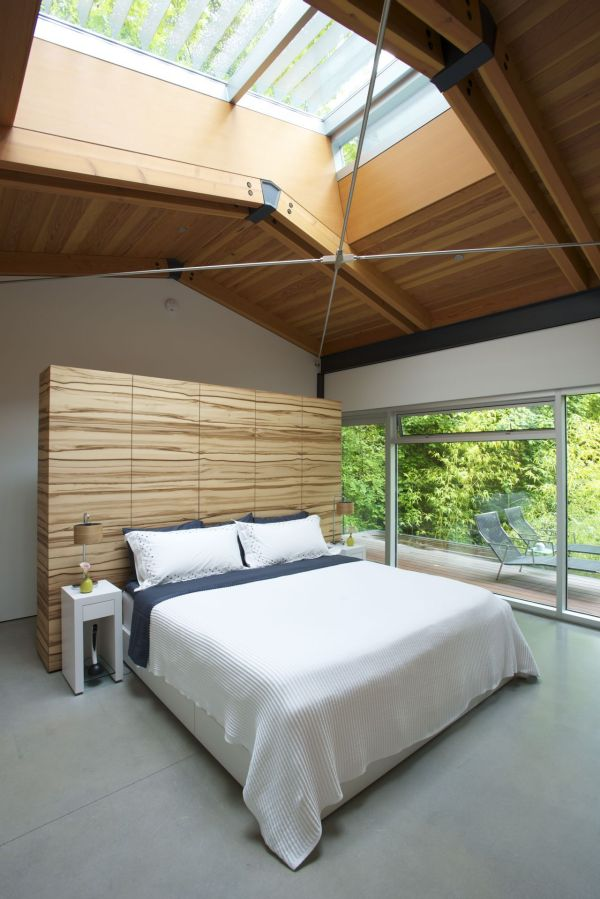 Fresh Open Interior Design Idea In The Middle Of The Nature: Stunning Skylights Brings The Outdoors Inisde In The Bedroom