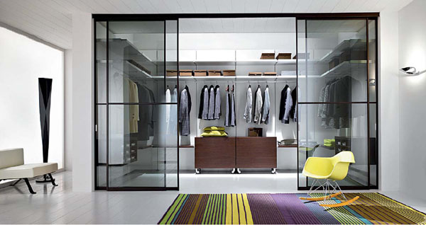 Simple Tips In Planning Walk In Closet Design: Tidy And Presentable Calm White Walk In Closet With Transparent Glass Bulkhead
