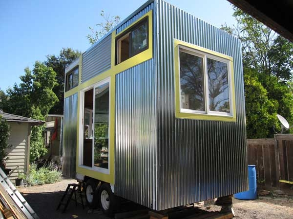 18 Pictures Of Unique Houses On Wheels : Tiny House On A Flatbed Trailer