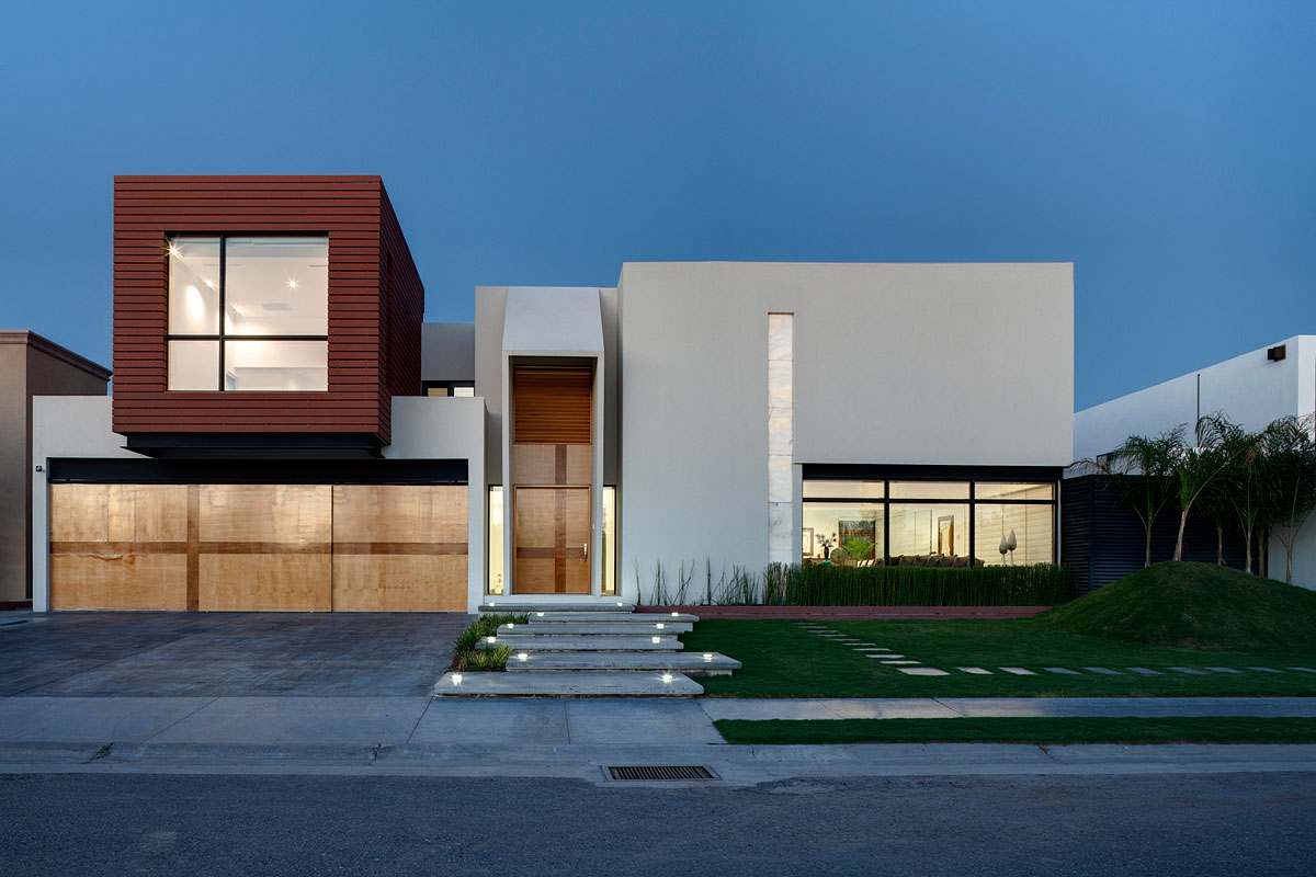 Beautiful And Stylish Contemporary Home Interior Design By Arquitectura En Movimiento: White Painted Home With White Lighting In Facade View