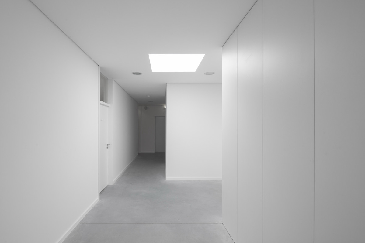 Oval Private College Design With Unique Architecture : Wide White Alleyway With White Wall And White Lamps